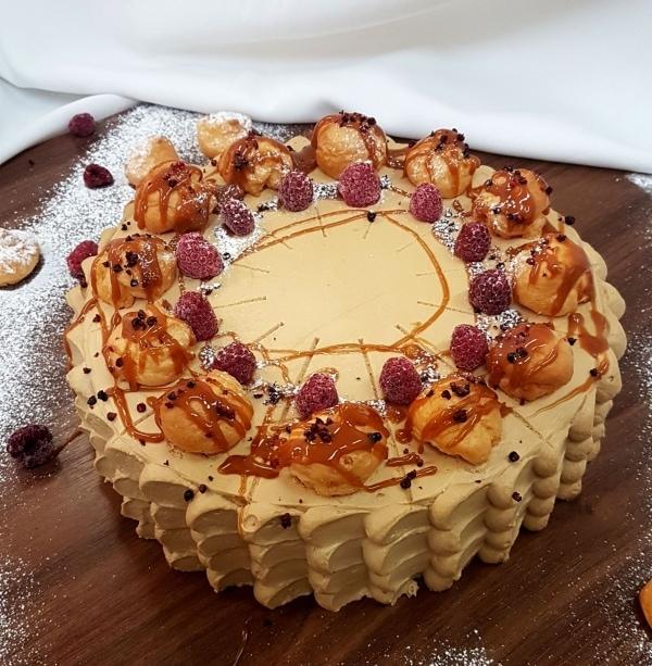 Torta z karamelu a malín z domácimi profiteroles