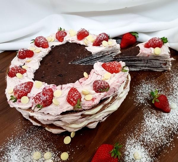 Palacinková torta s čokoládovými palacinkami a črveným ovocím