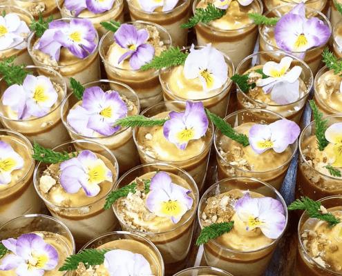 Cateringové dezerty s jedlými kvetmi