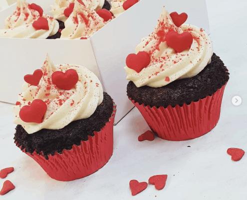 Valentínske cupcakes so srdiečkami červené