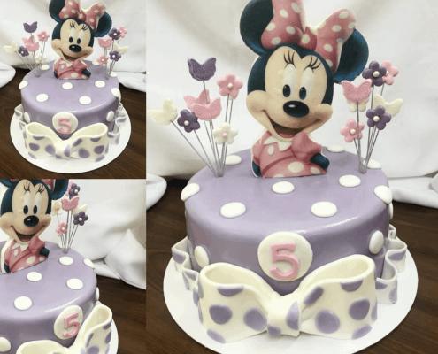 Detská fialová torta s minnie a zápichmi