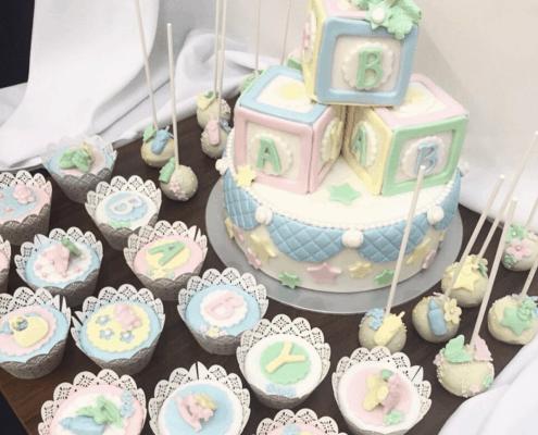 Detská torta pre bábätko s kockami cupcakes a cake pops