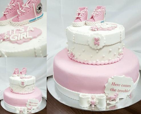 Detská torta s topánkami converse na krst dievčatka