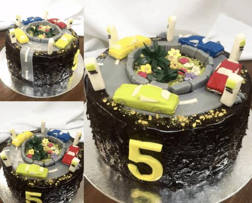 Detská torta s motívom kruhového objazdu s autíčkami