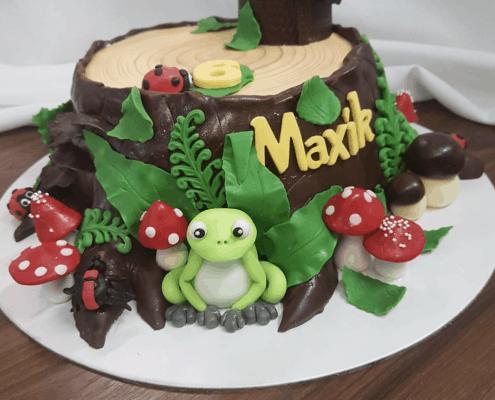 Detská torta s motívom pňa stromu so žabkou a hríbami
