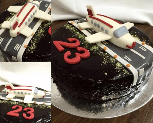 Čokoládová narodeninová torta s pristávacou dráhou a lietadlom
