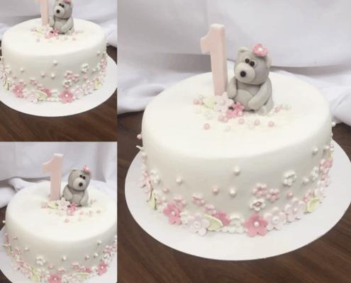 Jemná detská torta s mackom a malými kvietkami
