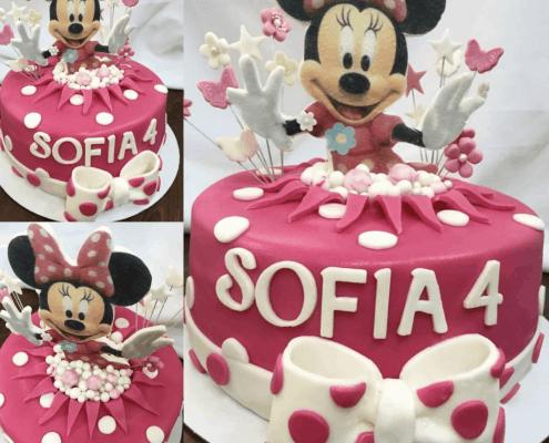Sýto ružová detská torta s bielou mašľou a motýlikmi