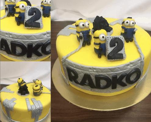 Detská torta s mimoňmi a železnou plaketou s menom