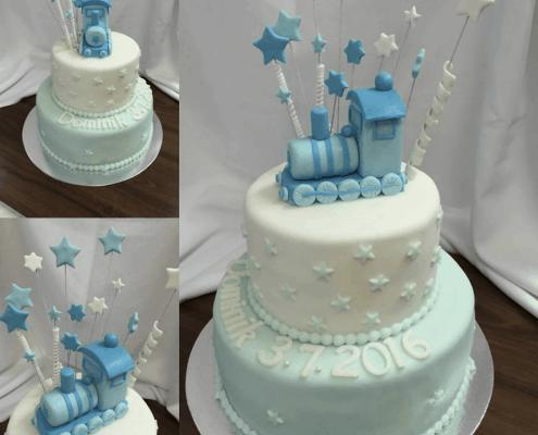 Bielo modrá torta s modrým hračkárskym vláčikom