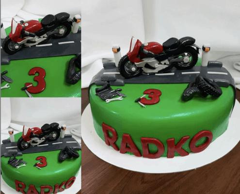 Chlapčenská detská torta s motorkou plnená čokoládou