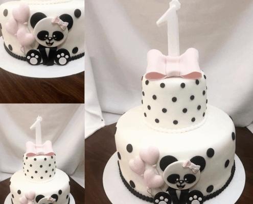Jemná narodeninová torta s bodkami a malou pandou