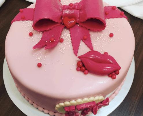 Sladká torta s mašľou a perami pre mladé dámy