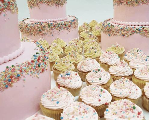 Párty torta s farebnou posýpkou a cupcakes
