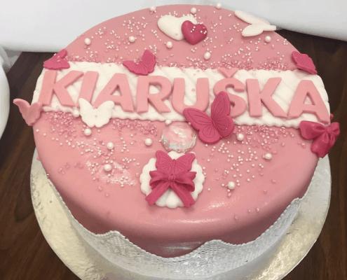 Dievčenská torta s jedlou čipkou, motýlikmi a mašľou
