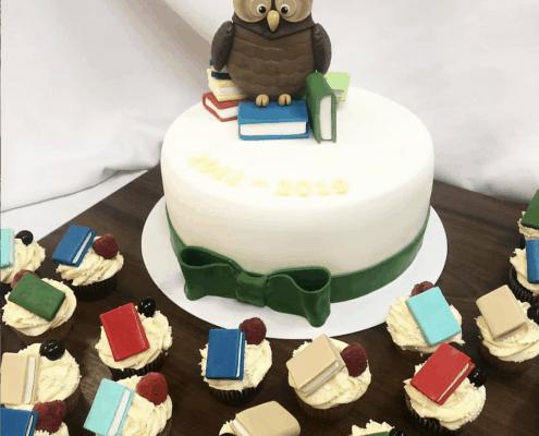Torta na stužkovú so sovou a cupcaked s knihami