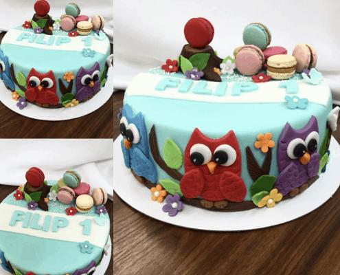 Tyrkysová torta s troma sovami a modrými doplnkami