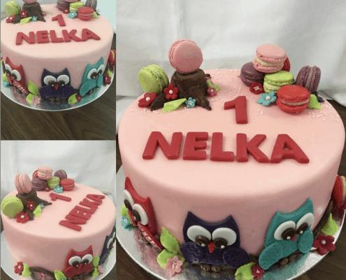 Dievčenská torta so sovičkami v ružovej farbe plnená jahodami