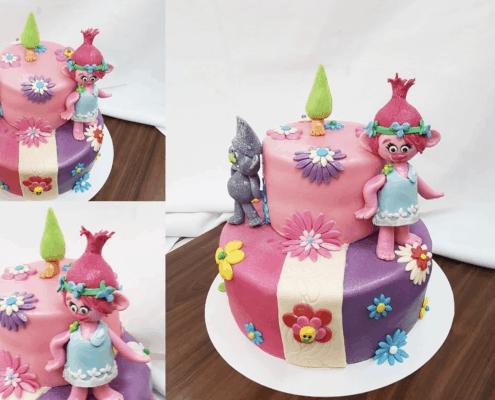Farebná detská torta s trollom a stromčekom
