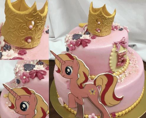 Ružová detská torta so zlatou korunkou a jednorožcom