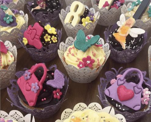 Cupcakes s belgickou čokoládou s kabelkami z fondánu