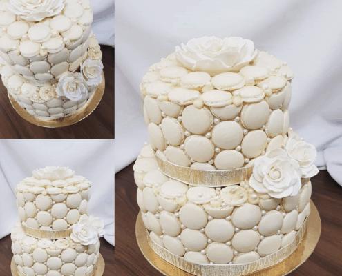 Svadobná makarónková torta so zlatou stuhou a perličkami