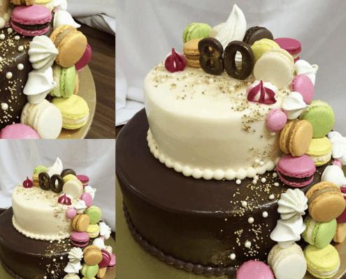 narodeninová torta s farebnými makarónkami a zlatými perličkami