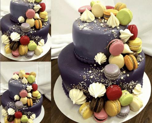 Fialová narodeninová torta s farebnými makarónkami a perličkami