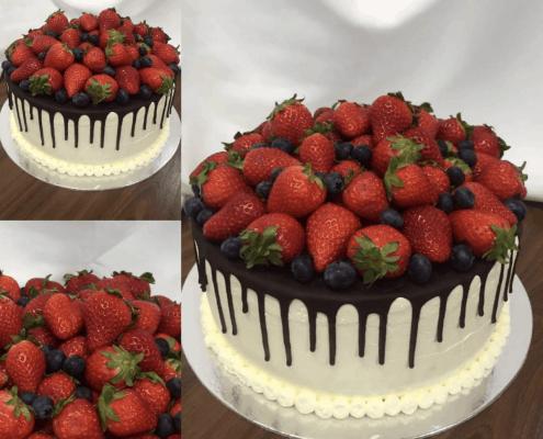 Narodeninová torta s jahoda a čučoriedkami