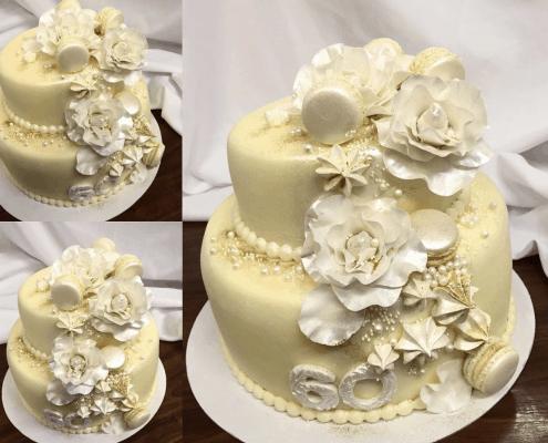 Narodeninová torta s pusinkami v jemne žltej farbe