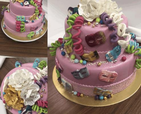 Narodeninová torta v karnevalovom štýle s flitrami