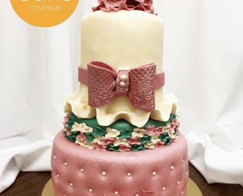 narodeninová torta s klobúkom a kvetmi