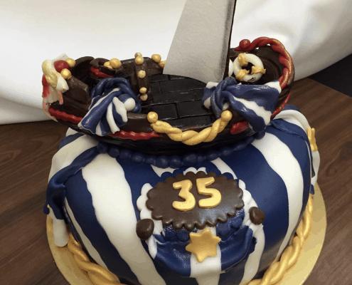 Narodeninová torta s motívom plachetnice s pásikavým vzorom