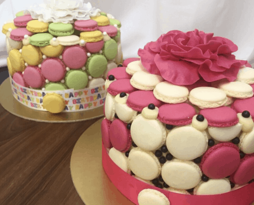 Narodeninová torta s farebnými makarónkami plnená belgickou čokoládou