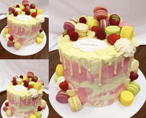 Narodeninová torta s ovocím a makarónkami plnená malina a jahodami