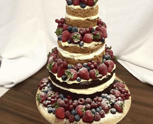 Narodeninová torta s čokoládovým a vanilkovým korpusom a jahodami a čučoriedkami