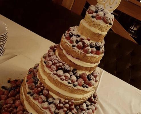 Narodeninová torta s čerstvým ovocím posypaná cukrom