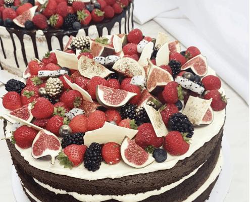 Narodeninová torta s čerstvým ovocím a zlatým prachom