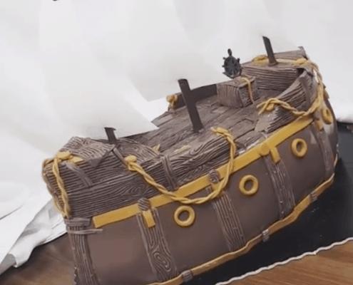 Narodeninová torta s motívom pirátskej lode s jedlými plachtami