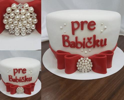 Narodeninová torta s červenou mašľou a jedlou brošňou