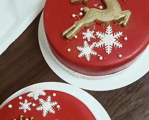 Vianočná torta so zlazými sobami a snehovými vločkami