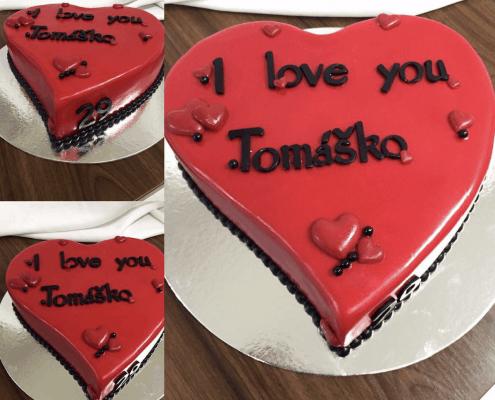 Narodeninová torta s nápisom a srdiečkami