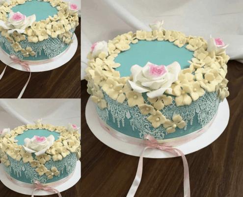 Narodeninová torta s ázisjkými dekoráciami a kvetmi