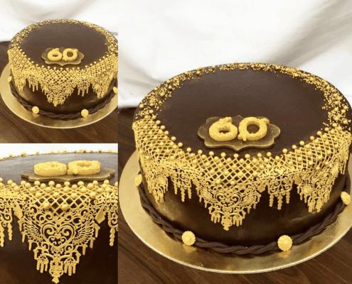 Narodeninová čokoládová torta so zlatou jedlou čipkou