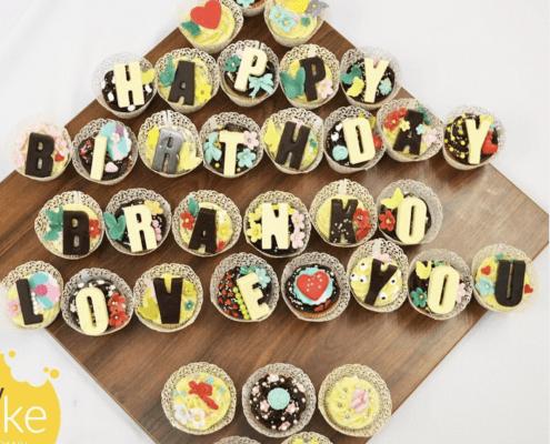 Cupcakes happy birthday s farebnými dekoráciami