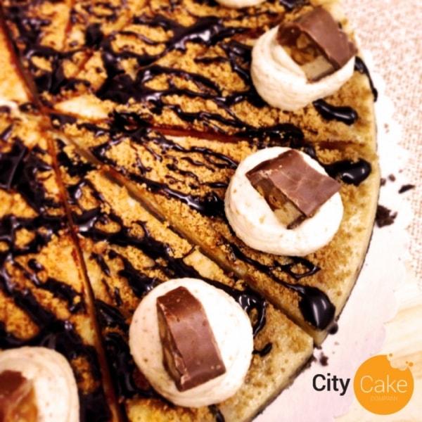 Cheesecake plný tyčiniek snicker s arašidami