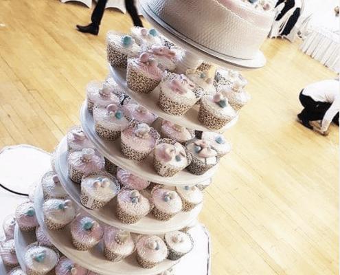Svadobný cupcake tower s tortou navrchu