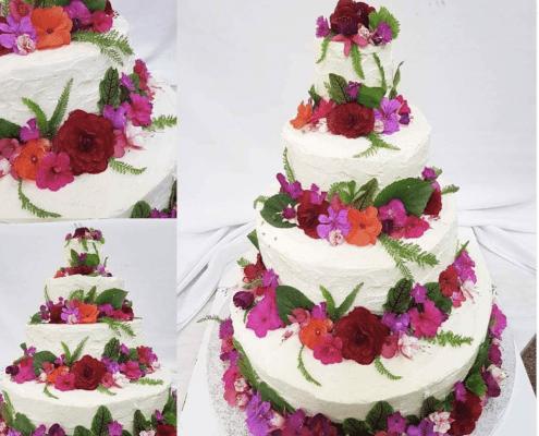 Svadobná torta s jedlými kvetmi v mascarpone kréme plnená jahodami