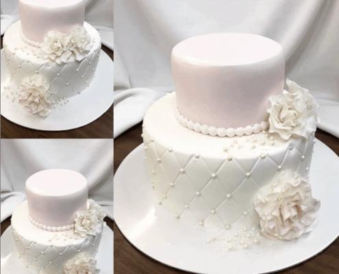 Malá svadobná torta v bielej a pudrovej ružovej