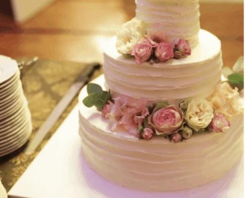 Svadobná torta so živými pivoňkami